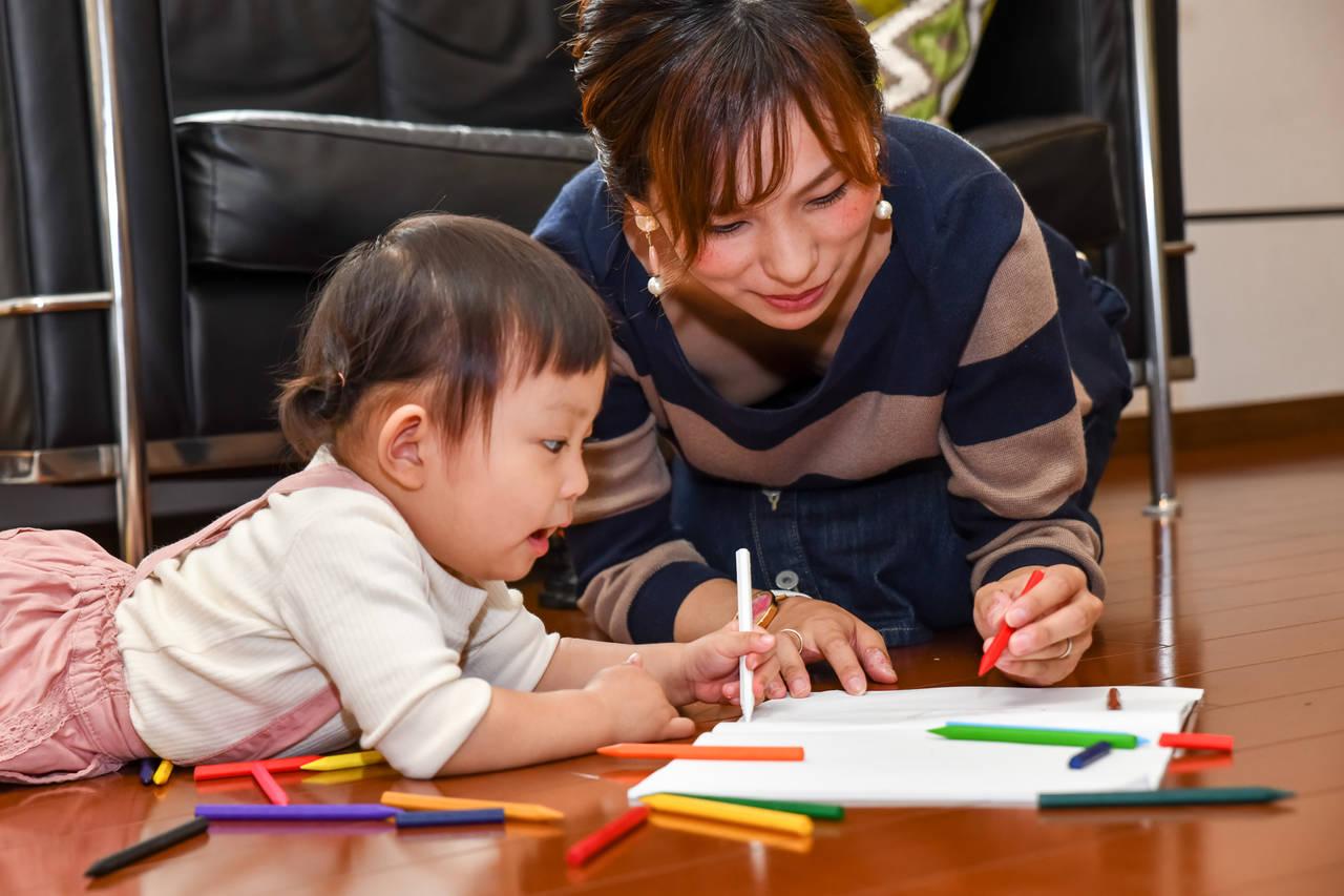お絵描き遊びは幼児の成長に効果的!楽しく遊ぶための準備とポイント