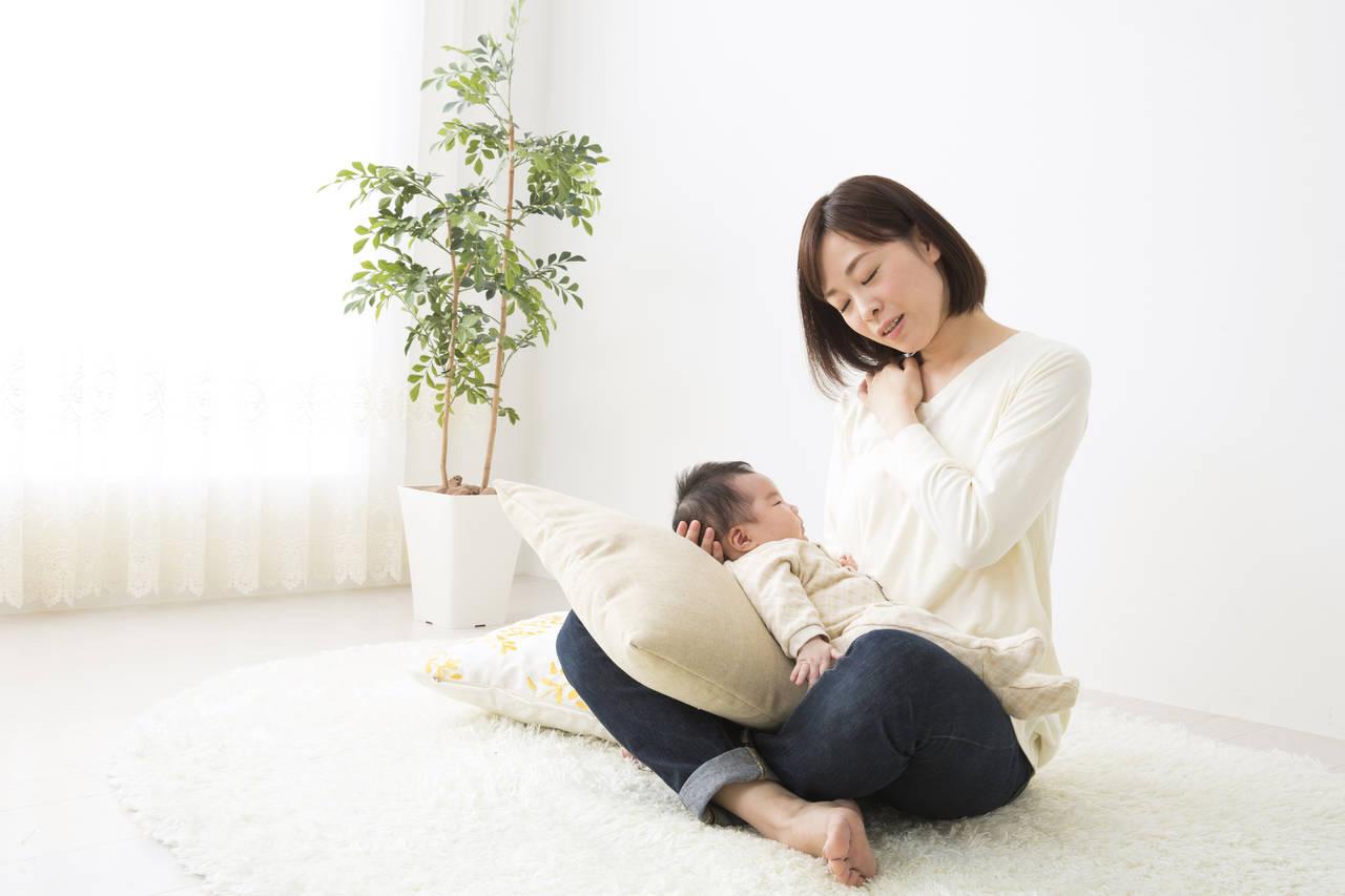 添い乳による肩こりの解消法を知ろう!体の負担を軽減する便利グッズ