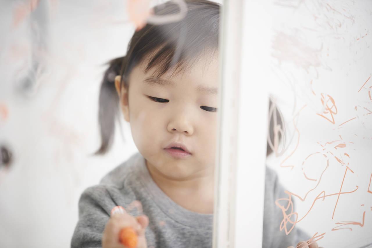 子どもの落書きとどう付き合う?対策や落書きしたくなるアイテム