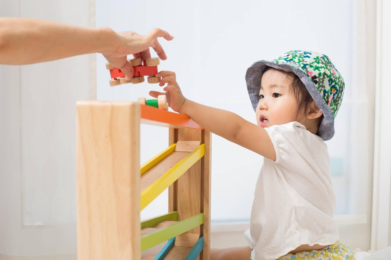 転がるおもちゃは赤ちゃんの知育玩具!メリットや選び方を紹介