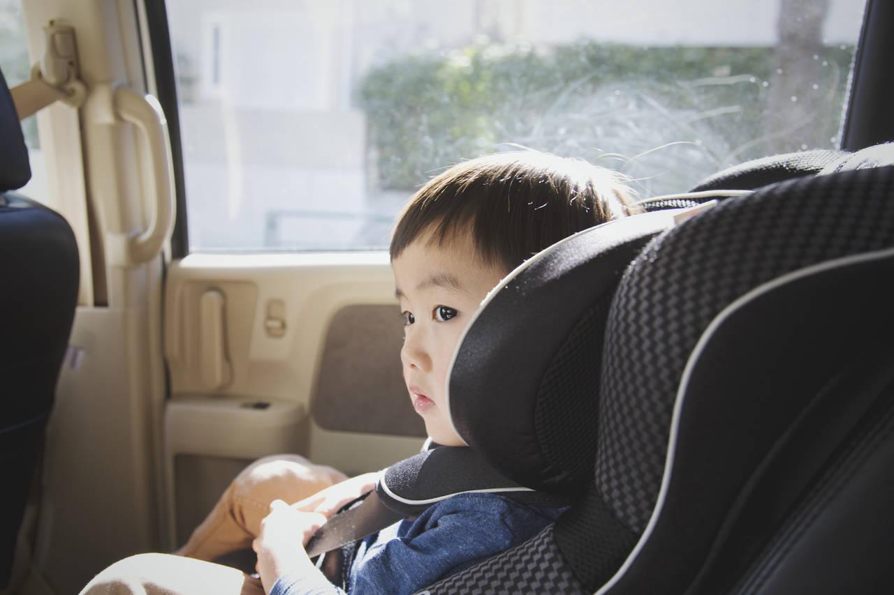 チャイルドシートの座席位置はどこが安心?理由を知って正しく設置