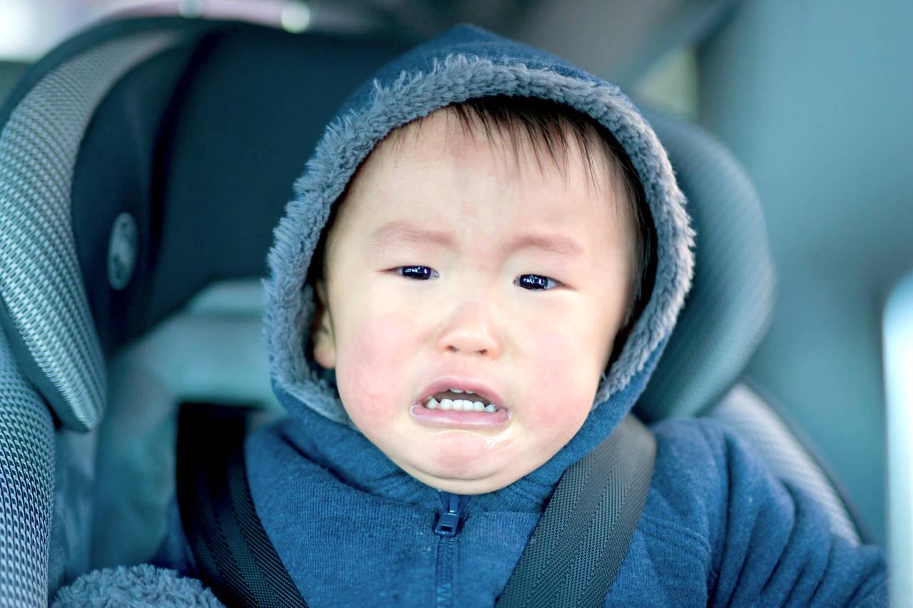 車内で泣く子どもへの対処法とは!原因と運転に集中するための方法