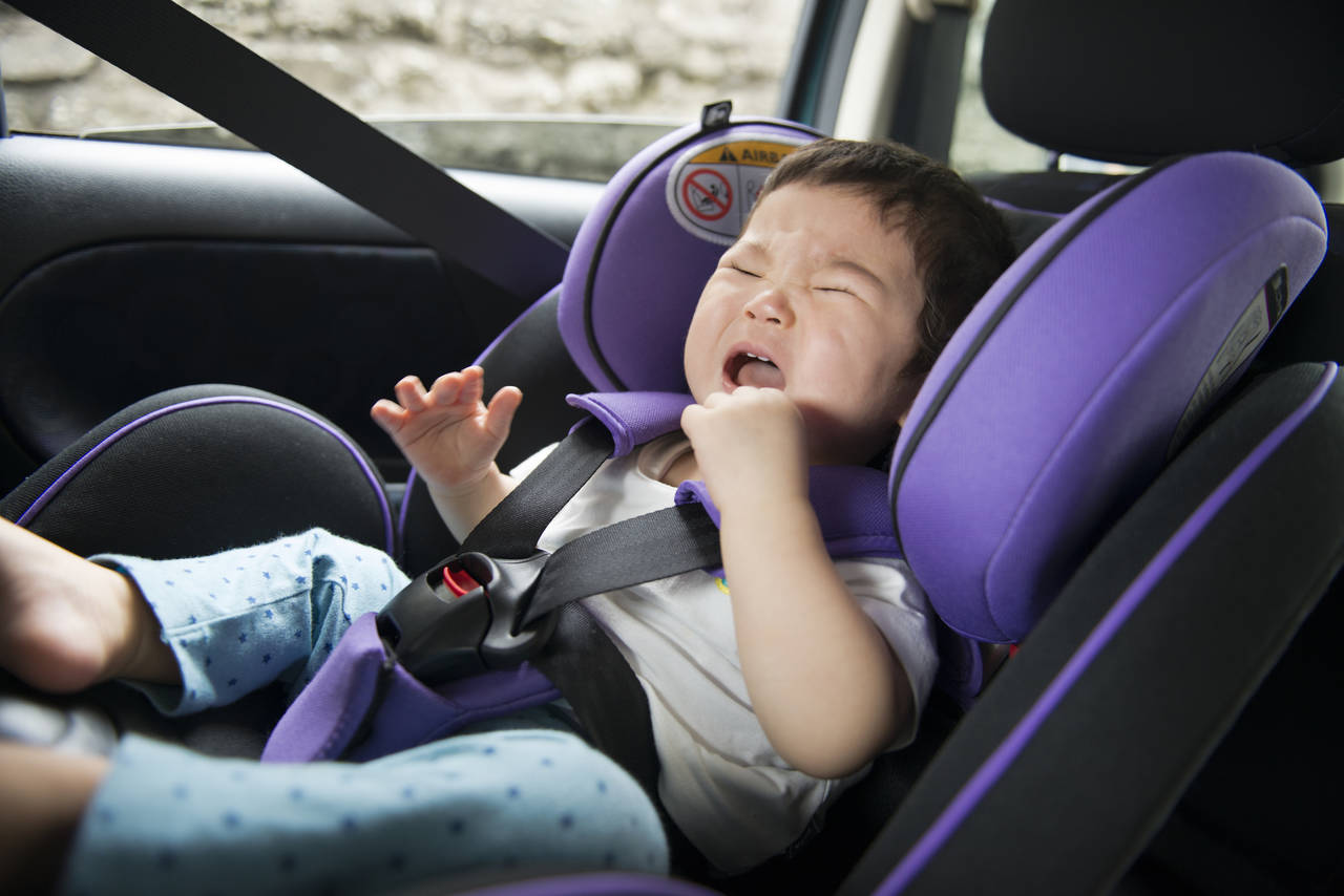 車内で赤ちゃんが泣くのはなぜ?乗車前の対処法や落ち着くアイテム