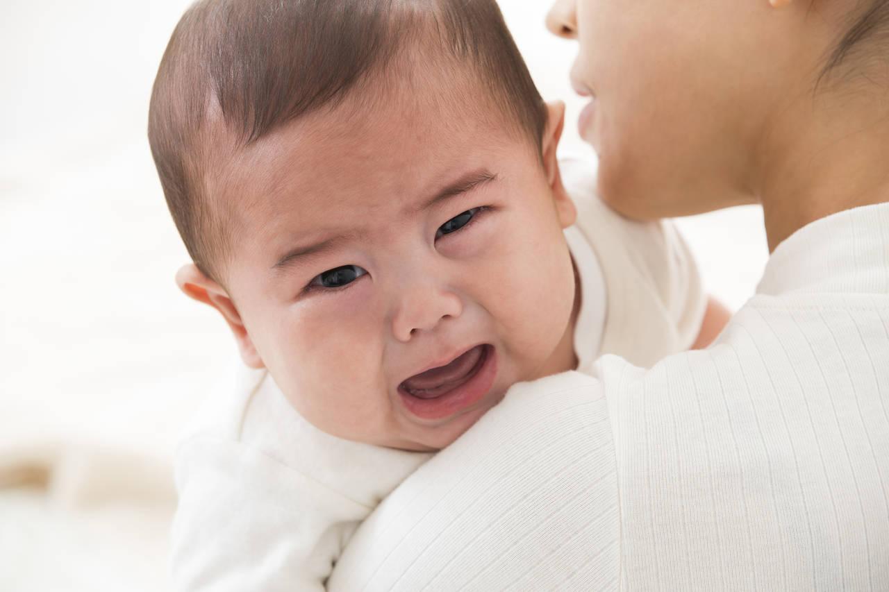 もしかしてこれが黄昏泣き?赤ちゃんが泣くメカニズムと対処法