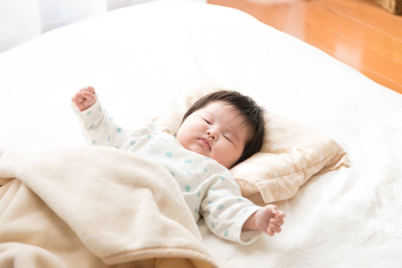 気温は赤ちゃんが寝る環境にどう影響する?季節別の室内環境の整え方