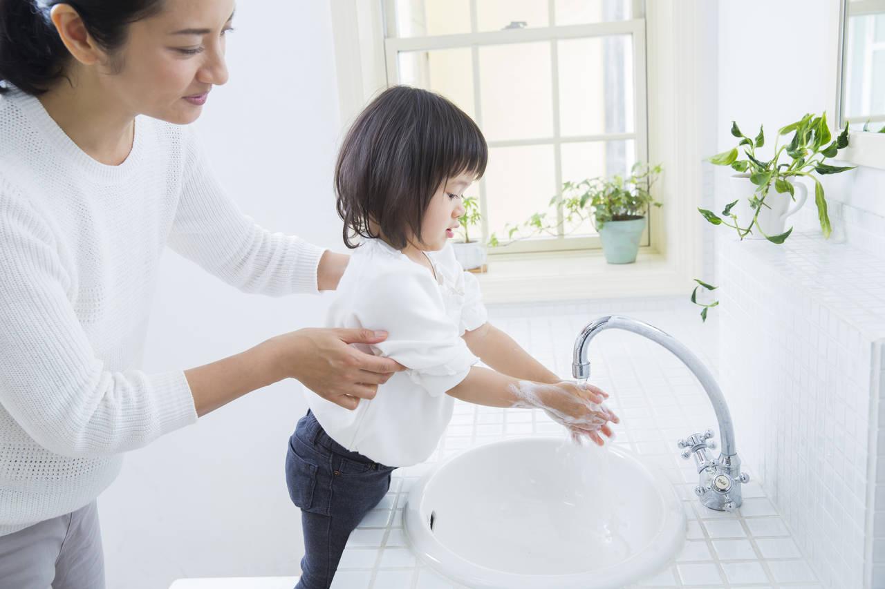 お散歩の後は赤ちゃんと手洗いをしよう!コツや便利なグッズの紹介