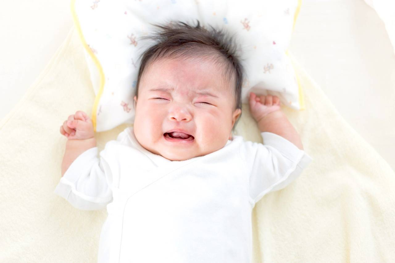 寝転ぶ赤ちゃんのつらい咳を止めたい!原因と症状改善のための対処法