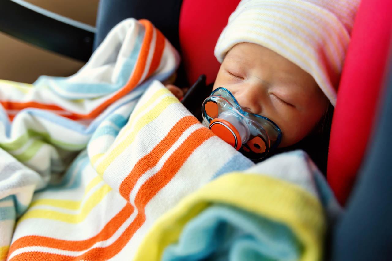 新生児用チャイルドシートの選び方とは?おすすめの機能や注意点