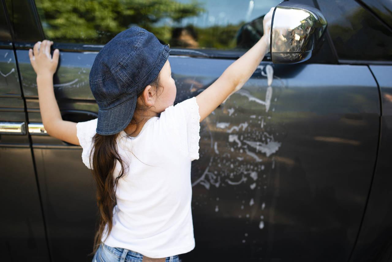 車のガラスの拭き方を伝授!外窓や内窓の拭き掃除のポイントをご紹介