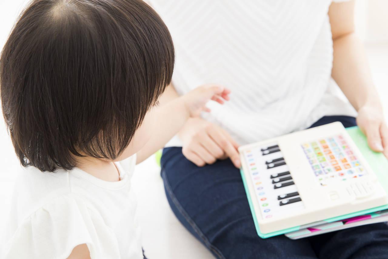 子どもと楽しむ英語の歌!効果やポイントと試してみたいCDやDVD