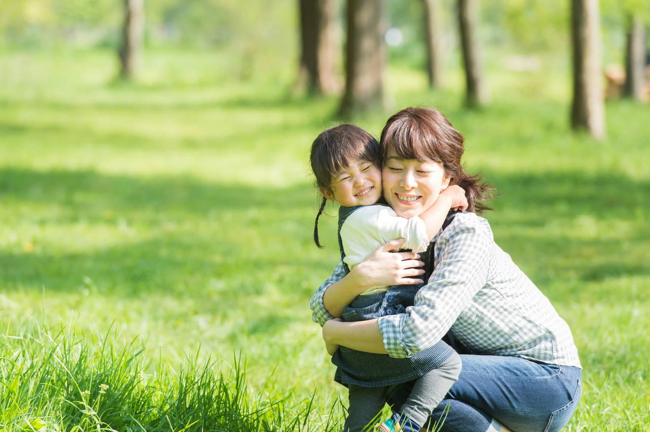 子どもを抱きしめるメリットとは?ハグの効果やタイミングを知ろう