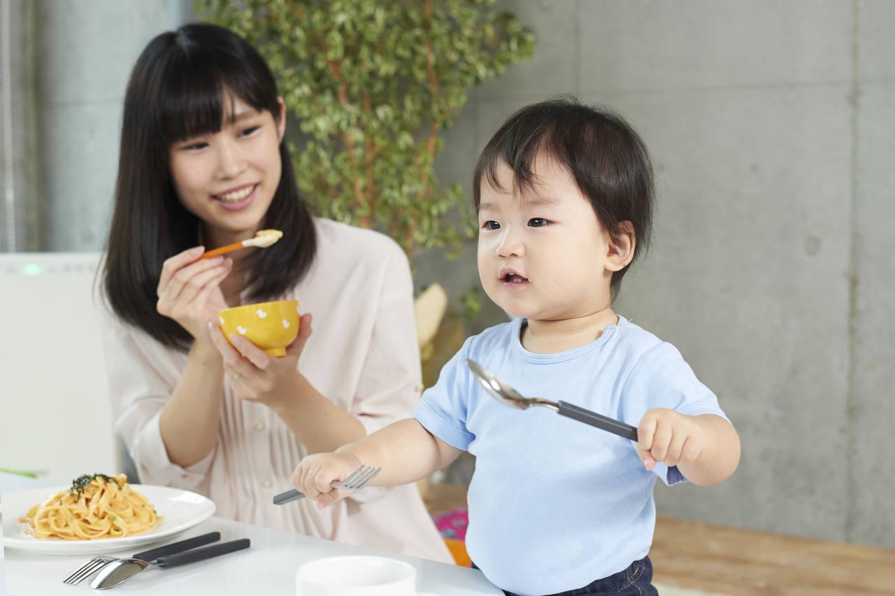 子どもが食事中に立ち歩きするのはなぜ?年齢に応じて対策しよう