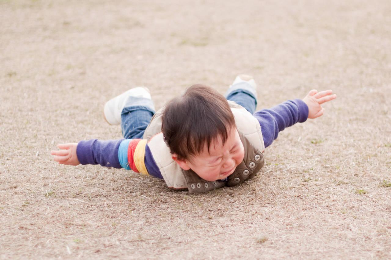 子どもがよく転ぶ原因はなに?すぐに泣く子どもへの対応やケガの対処