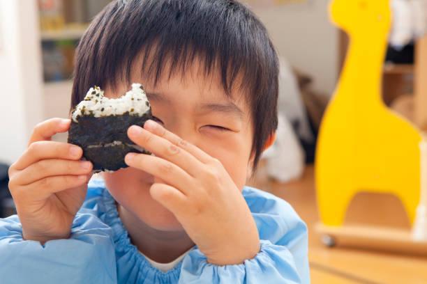 保育園の弁当に食べやすいおにぎりを!作るコツや崩れにくい詰め方