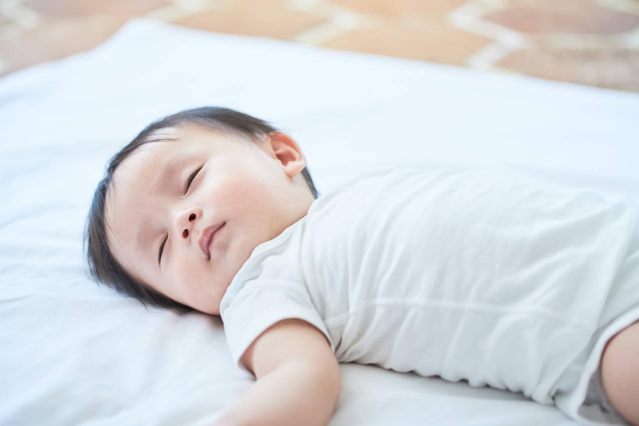 赤ちゃんが寝るときの体勢はどれが安全?基本の体勢や注意点を紹介