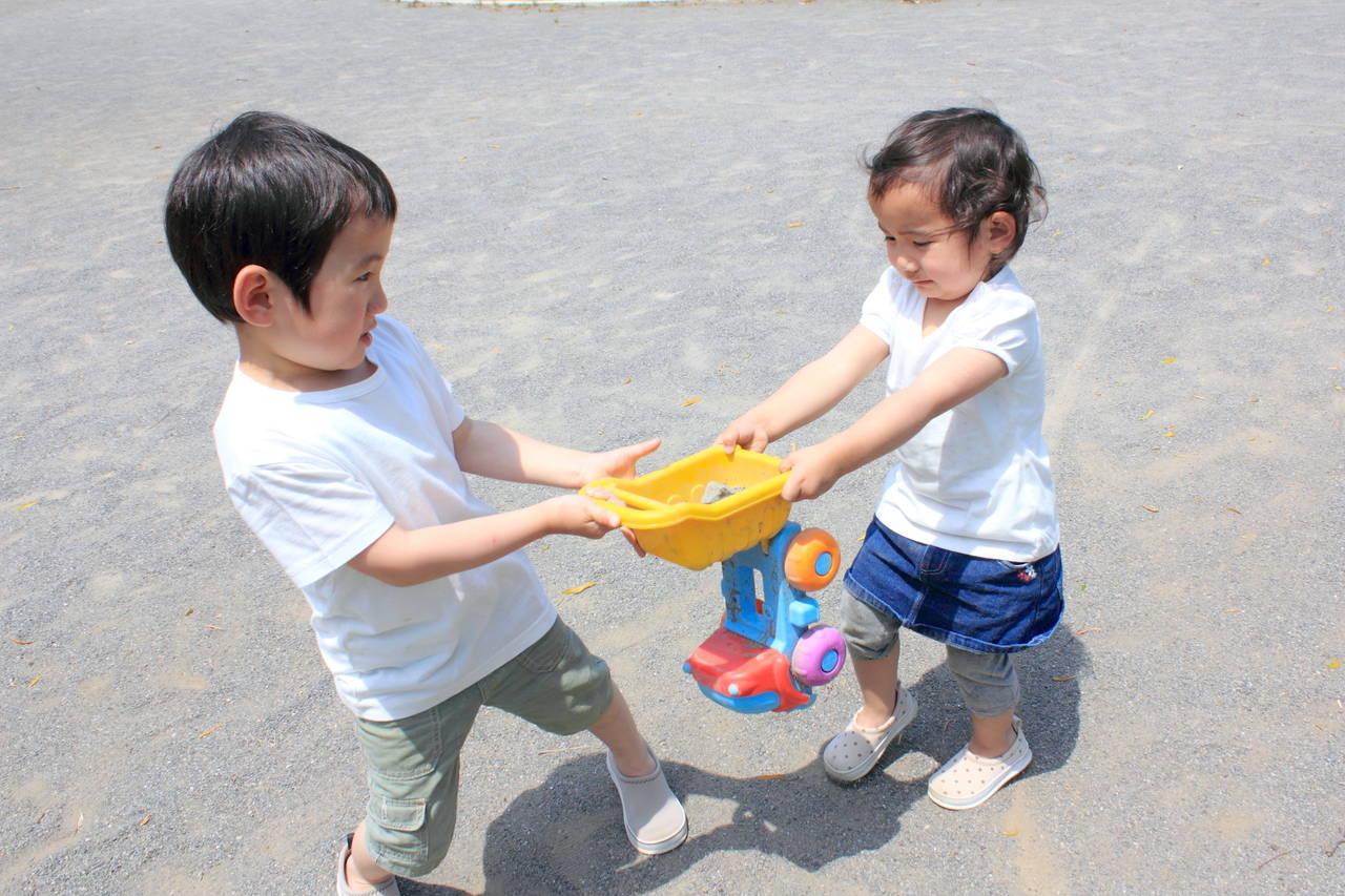 子どもがおもちゃを奪い合うのはなぜ?理由や対策、ケア法を知ろう