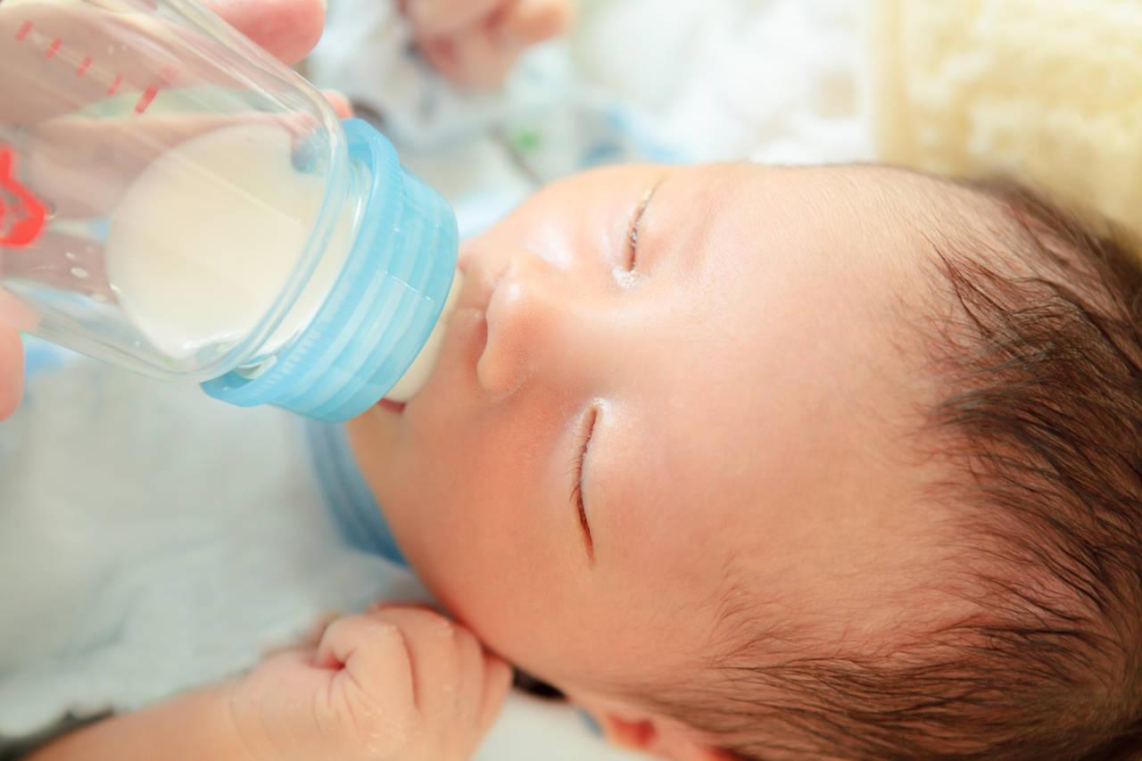 新生児はミルクの飲み過ぎで寝ない?飲み過ぎを確認して予防しよう