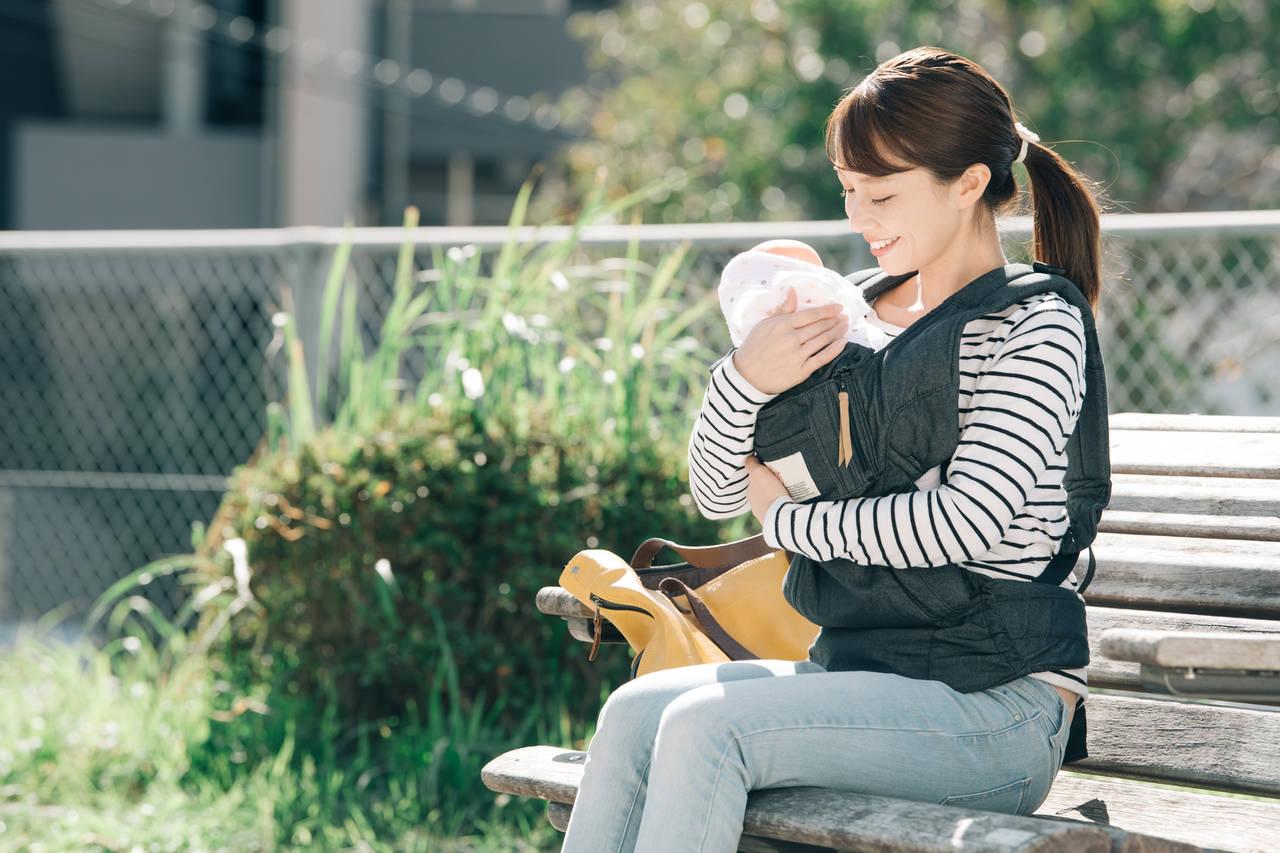 赤ちゃんとの外出時の授乳はどこでする?マナーと便利なアイテム