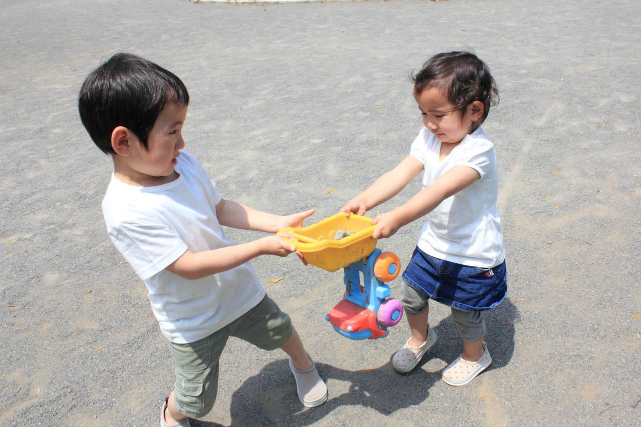 上の子がおもちゃを独り占め!貸せない子どもの気持ちや対処法