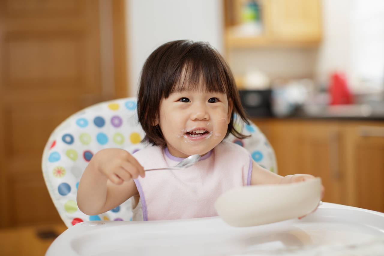 赤ちゃんはいつからスプーンを使える?ステップアップの時期と練習法