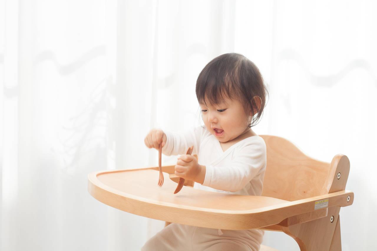 赤ちゃんのフォークの持ち方とは?練習の目安や選び方について