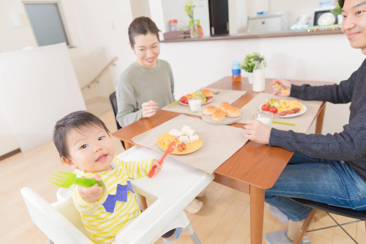 1歳児がスプーンで遊ぶのはなぜ?食事を楽しむためにできる対処法