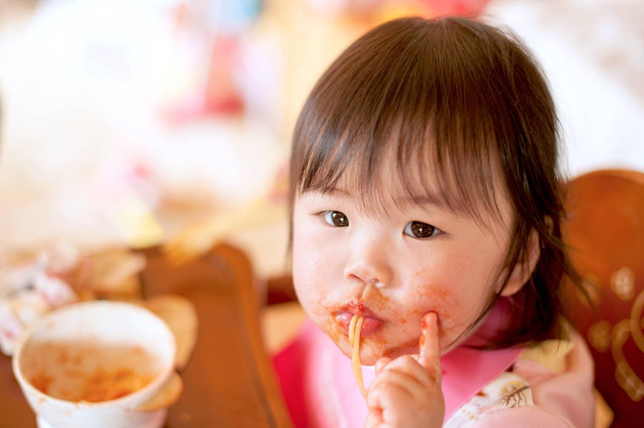 1歳児の食べ方が汚いのはなぜ?原因から日々のコツまでご紹介