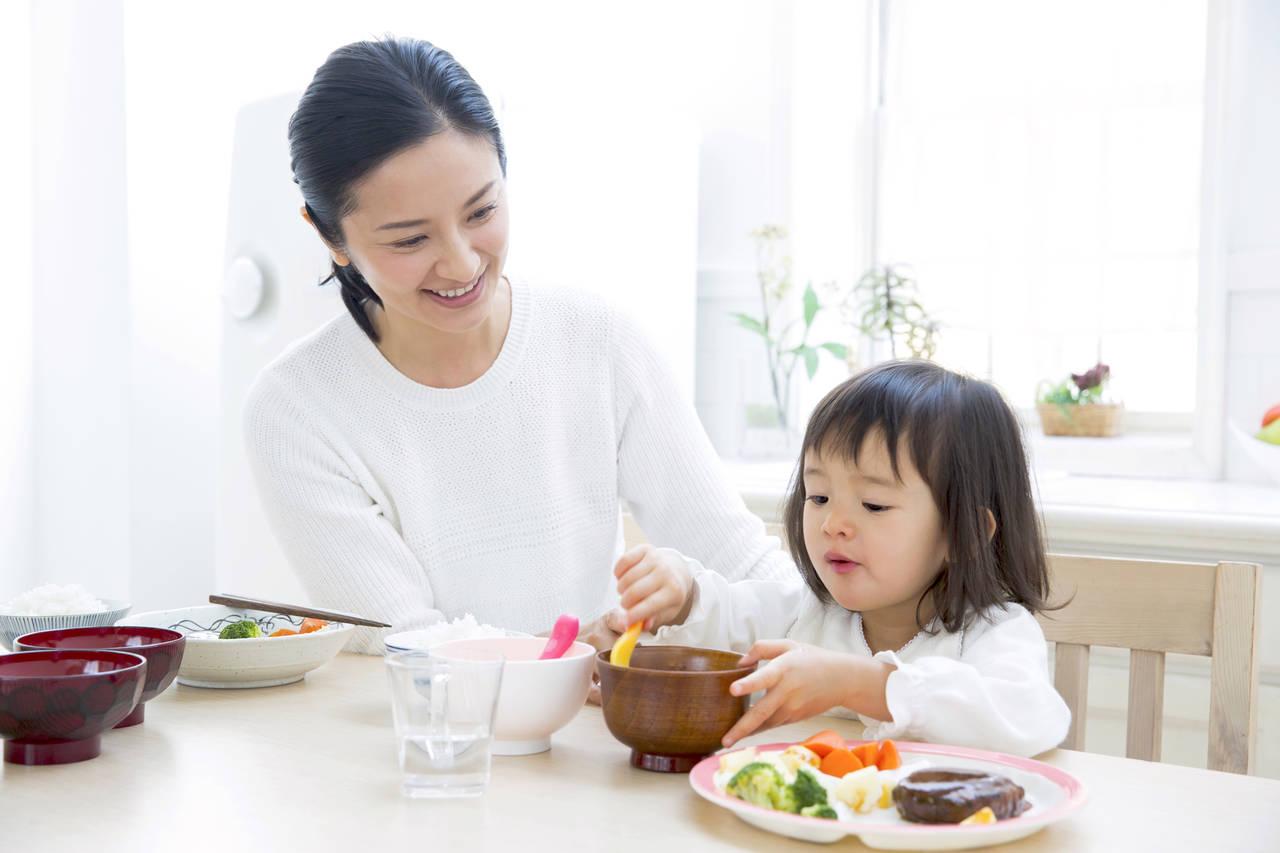 2歳から食べ方のマナーを習慣に!ママと子どもが楽しく食を学ぶコツ