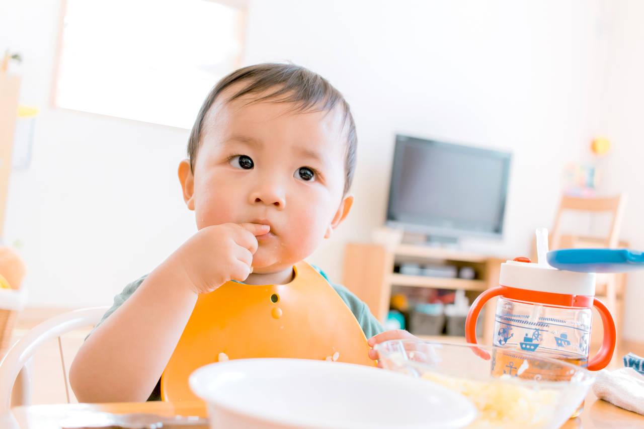 1歳児のご飯の食べ方や特徴とは?手づかみ食べとスプーンの練習方法