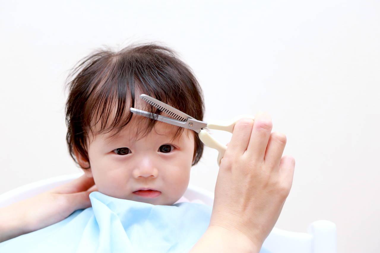 赤ちゃんの髪の毛はいつ切ったらよい?切る目安と髪の毛の保管方法