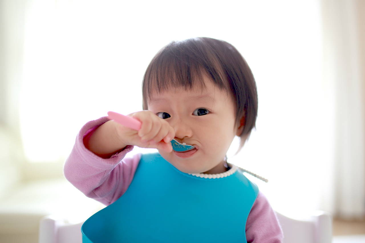 1歳で初めてのスプーンに挑戦!スプーンの選び方や練習方法とは