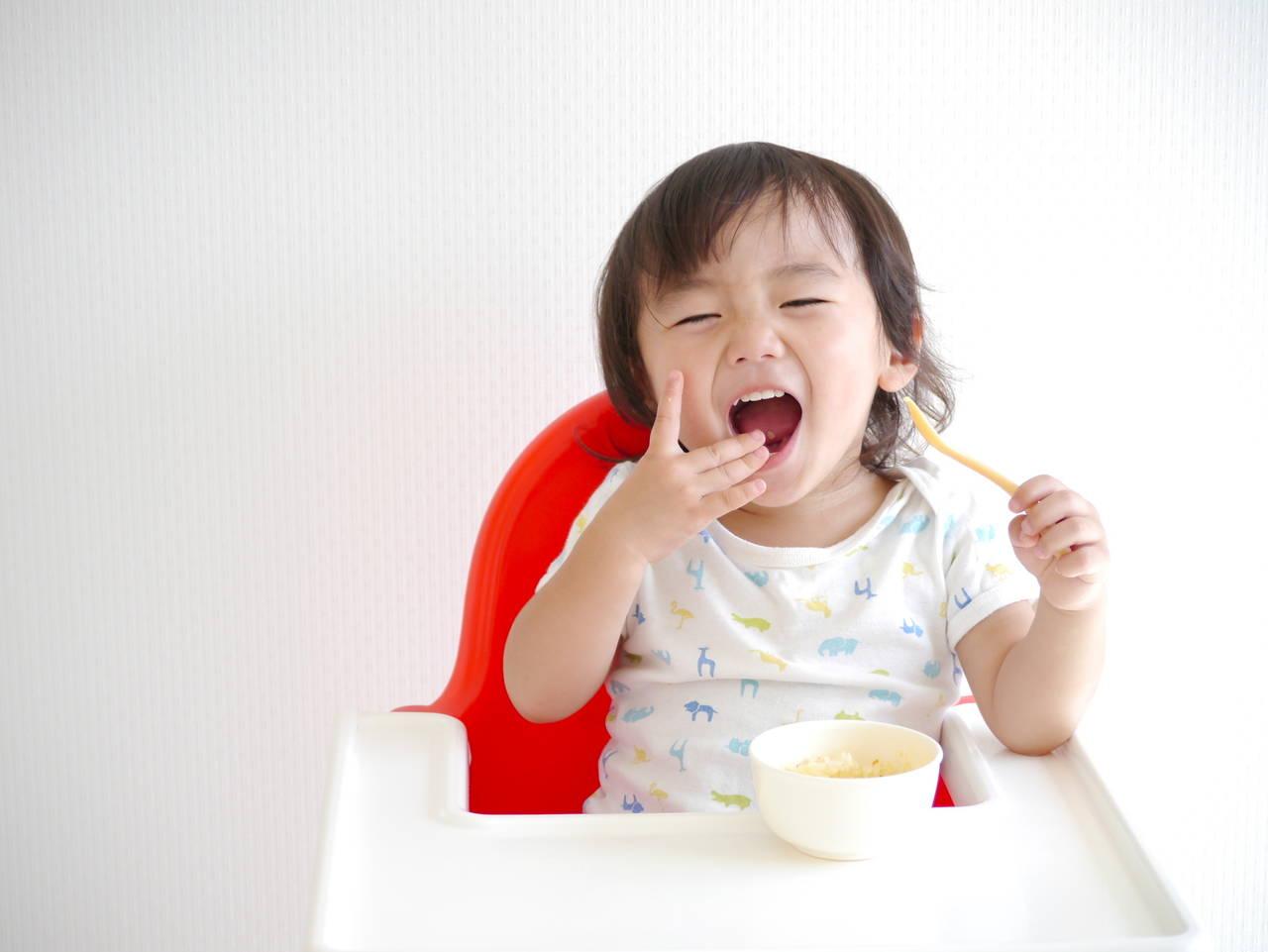 スプーンを使うとこぼす2歳児!上手に食べられるようになる工夫