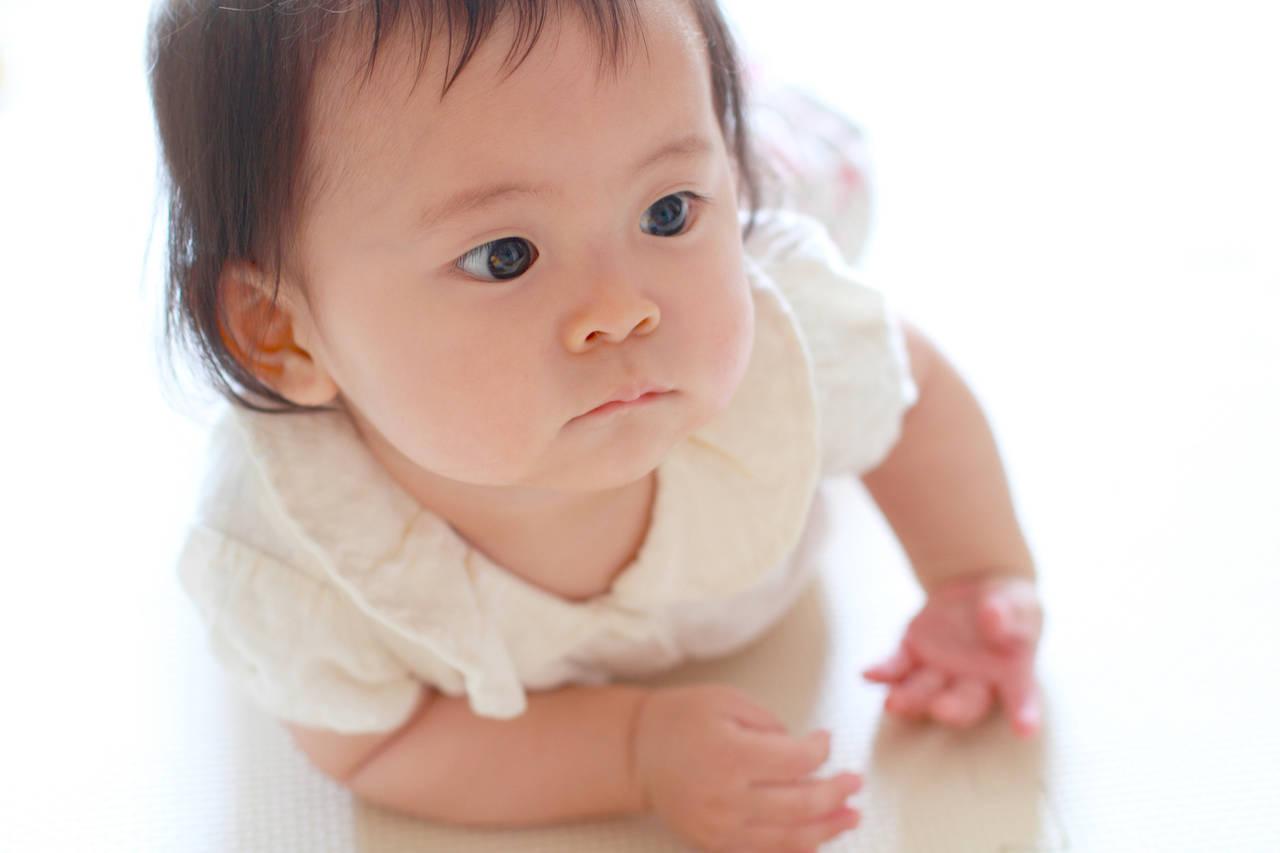 ずりばいで後ろに進んじゃう!赤ちゃんと楽しくできる練習や注意点