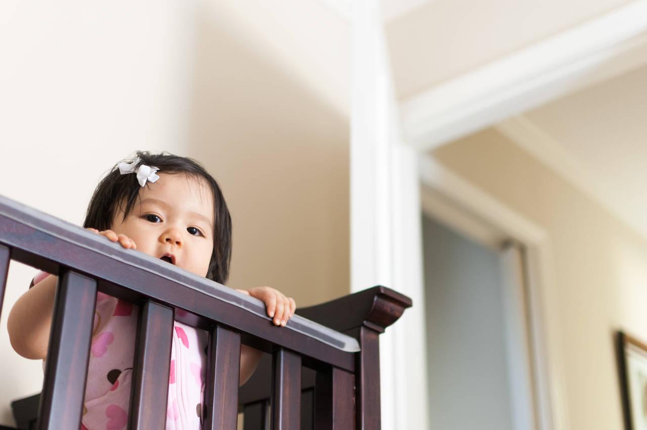 赤ちゃんのつかまり立ちを応援しよう!あると便利なアイテムと注意点