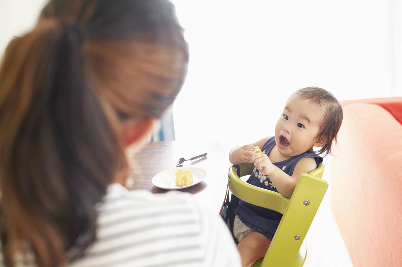 赤ちゃんとのフォークの練習での悩み!手づかみ食べの乗り切り方とは
