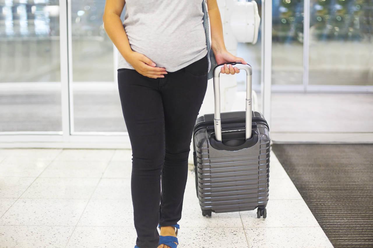 妊娠中に飛行機に乗るなら安定期!準備を整えて機内で快適に過ごそう