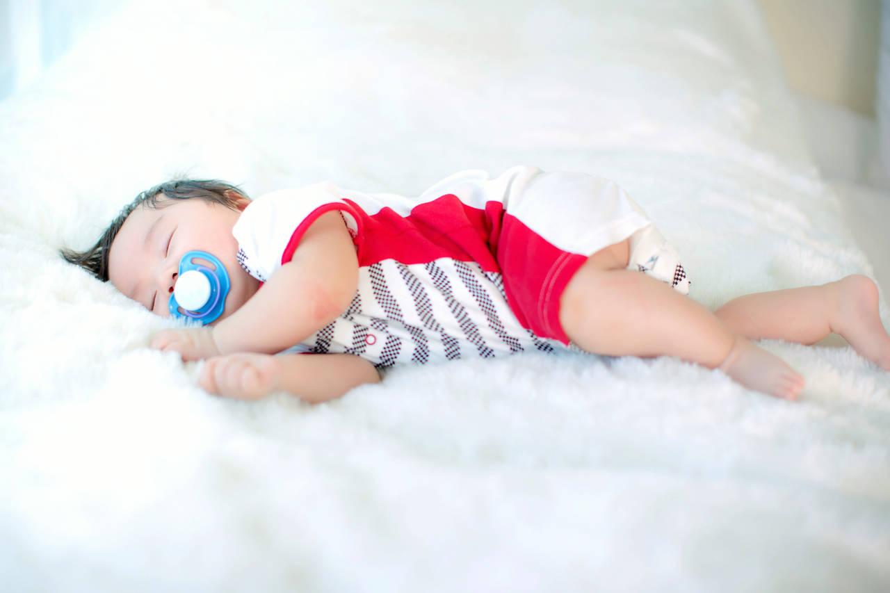 赤ちゃんの寝相に困っているママへ!寝冷えや事故を防ぐための対策