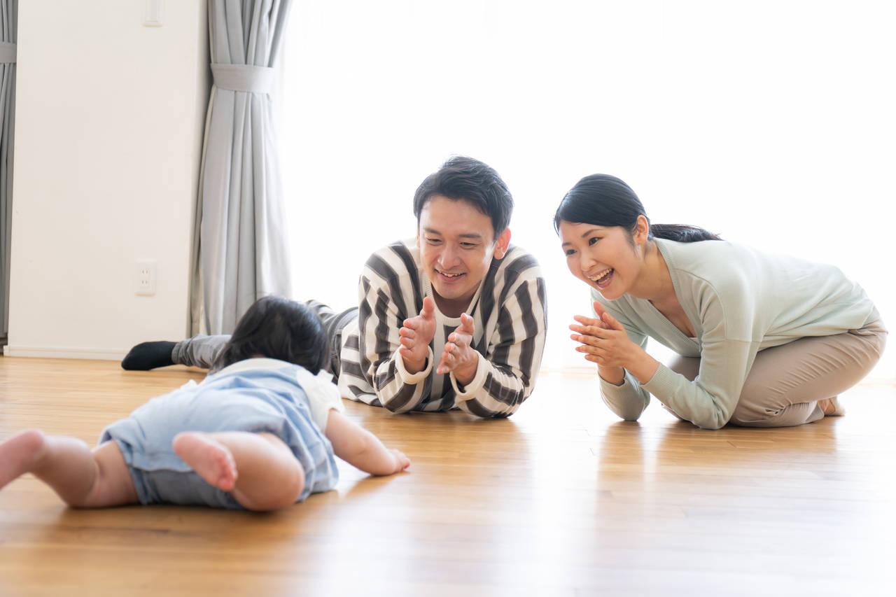 赤ちゃんが腹ばいで回るのは成長の証!ずりばい前の行動と習得の流れ