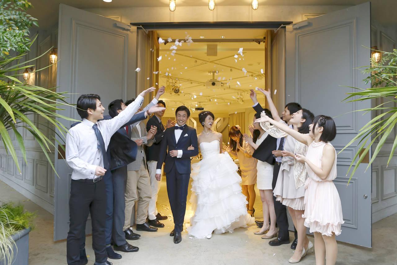 出産後に結婚式に招待されたら?マナーや授乳期のドレス選びについて