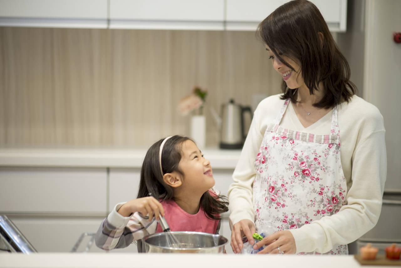 台所育児は子どもを大きく成長させる!メリットや子どもグッズを紹介