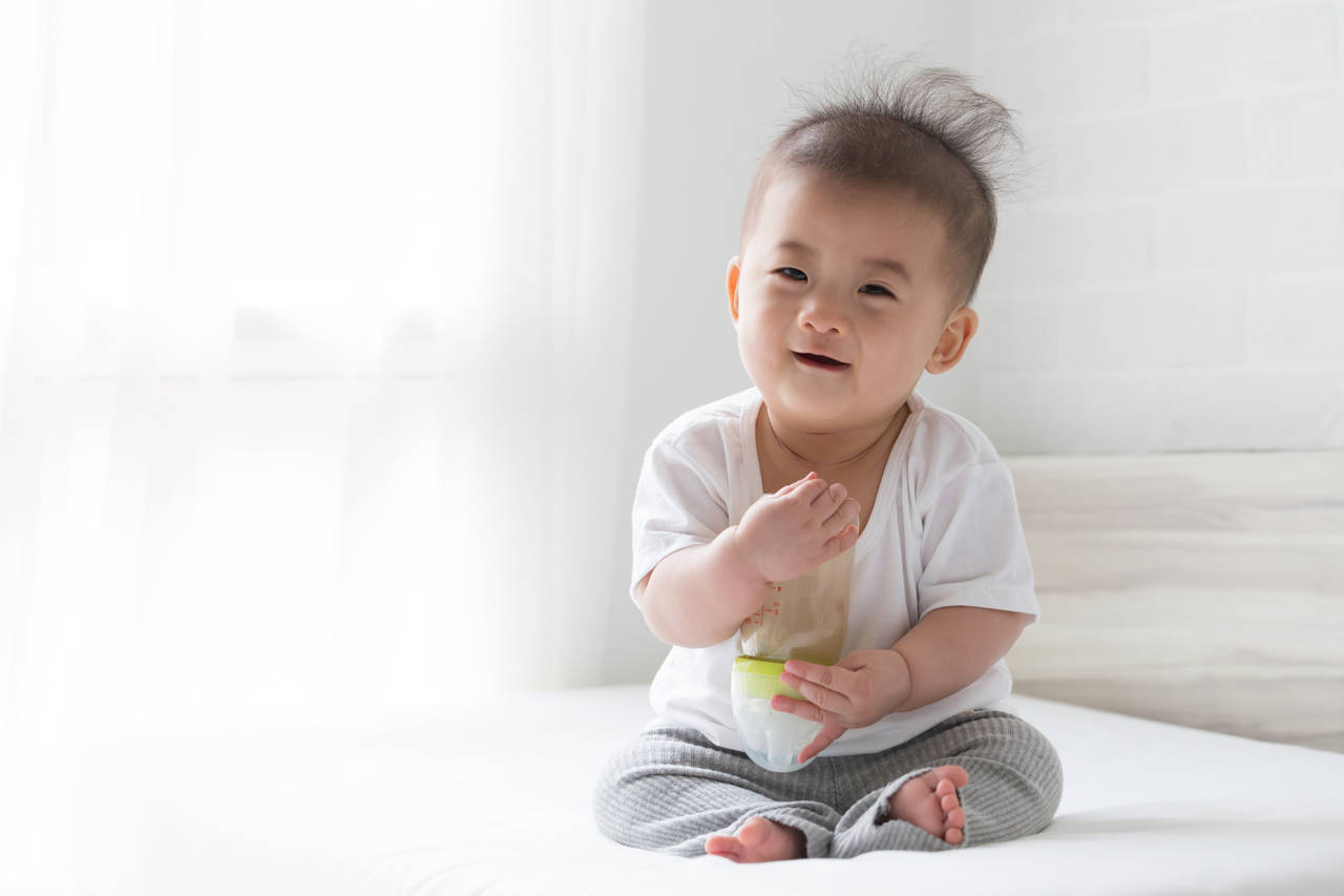スパウトで飲まずに遊ぶ赤ちゃん!ストロー飲みができるまでの対応策