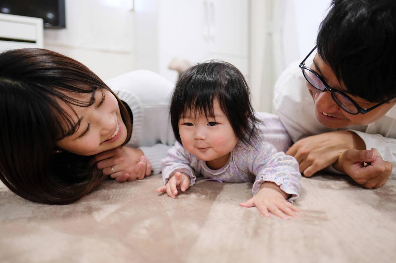 赤ちゃんのずりばいはいつから?練習方法と部屋の注意点について