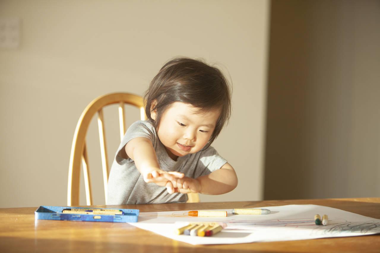 赤ちゃんのお絵描きはいつから?クレヨンの選び方と楽しむコツ