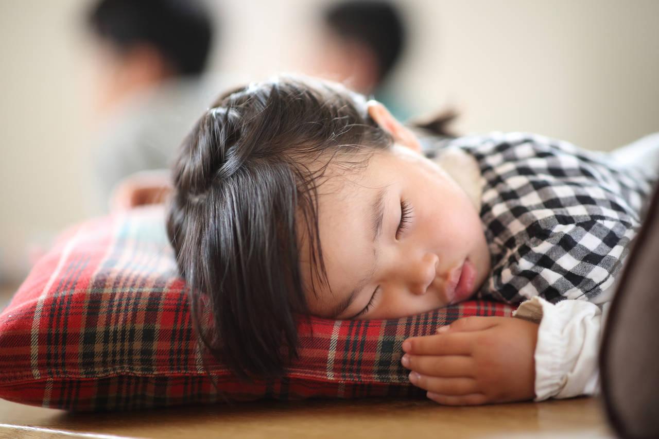 昼寝は何歳までするのがよいの?一般的な昼寝の目安や保育園での対応