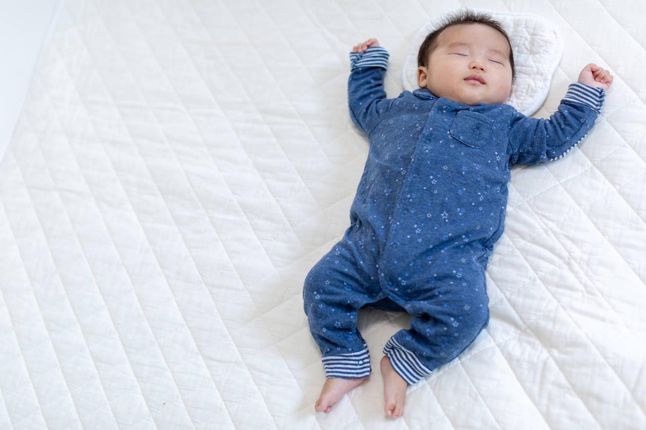 赤ちゃんが転がる寝相はなぜ?その理由や対応と寝相エピソード