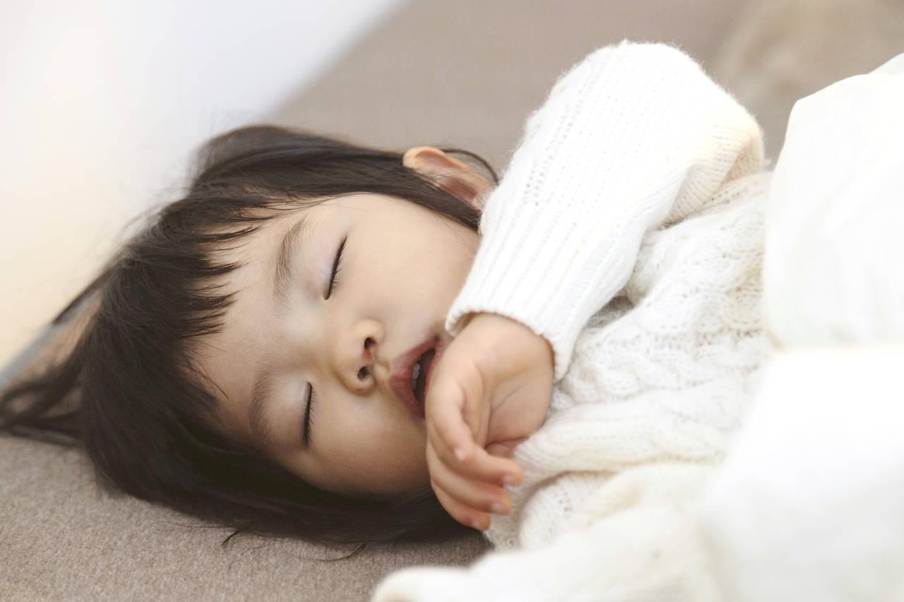 お昼寝前後にぐずる子への対処法!上手なお昼寝のコツと起こし方とは