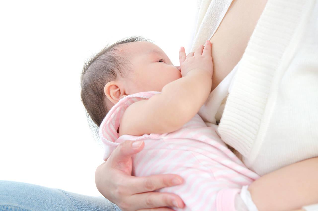 赤ちゃんの母乳の飲み過ぎが心配!風邪に似たその症状の原因と対応法