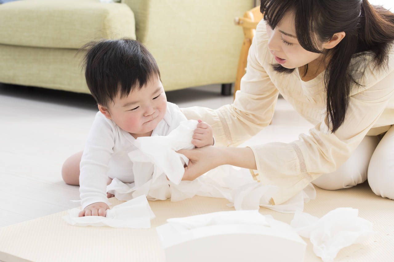困ってしまう赤ちゃんのイタズラ!夢中になるおもちゃの作り方を紹介