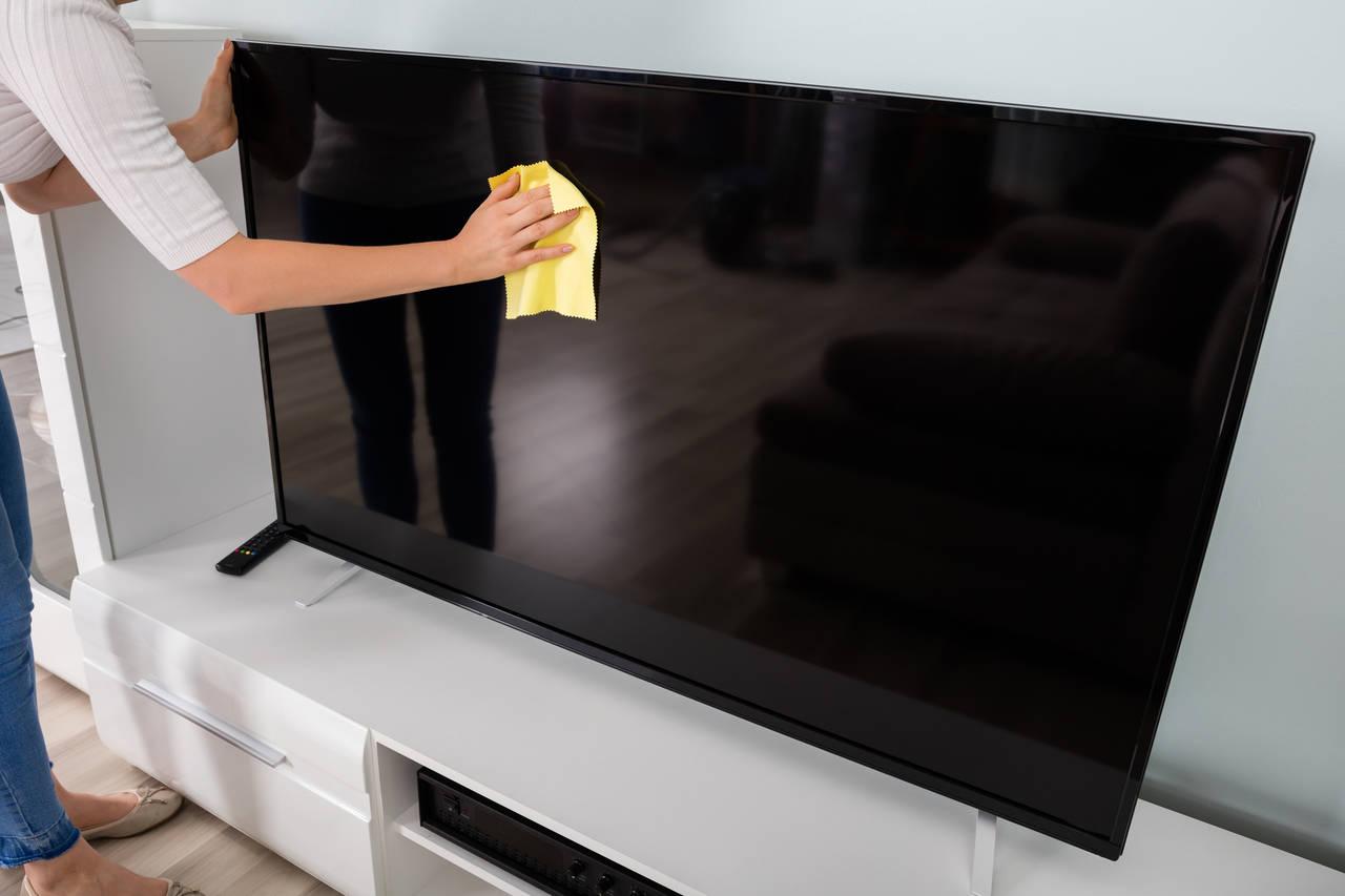 テレビ画面の掃除をしよう!方法や注意点と汚れを防ぐ方法