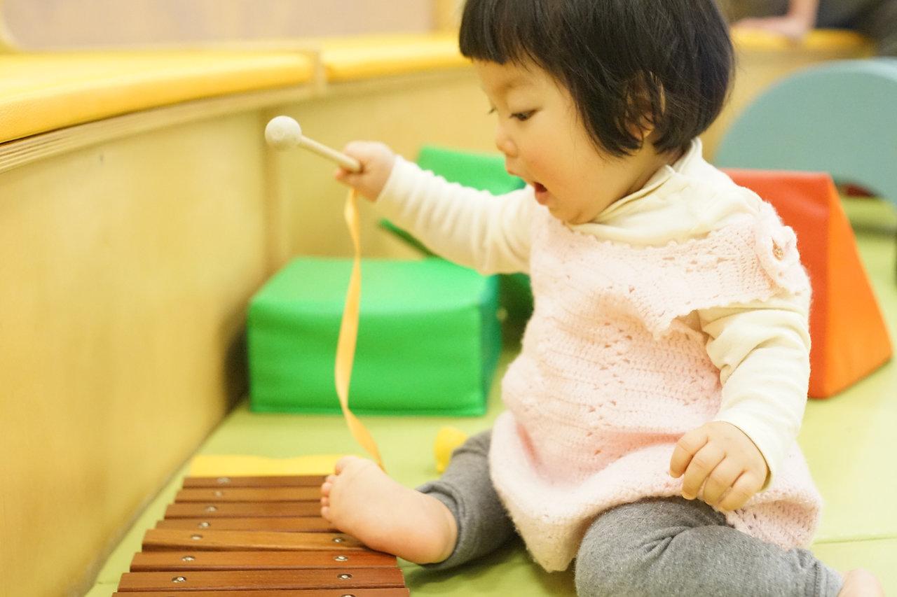 赤ちゃんや子どもの一人遊びとは?一人遊びのメリットや親の関わり方